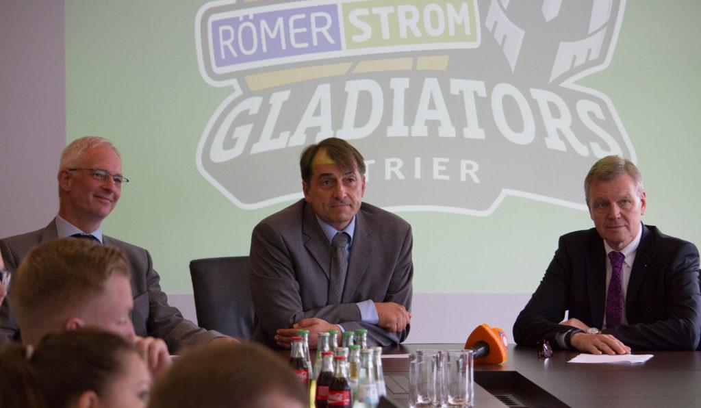 Oberbürgermeister Wolfram Leibe, Gladiators-Manager Michael Lang und SWT-Vorstand Dr. Olaf Hornfeck präsentierten das neue Logo der Öffentlichkeit. Foto: Gladiators Trier