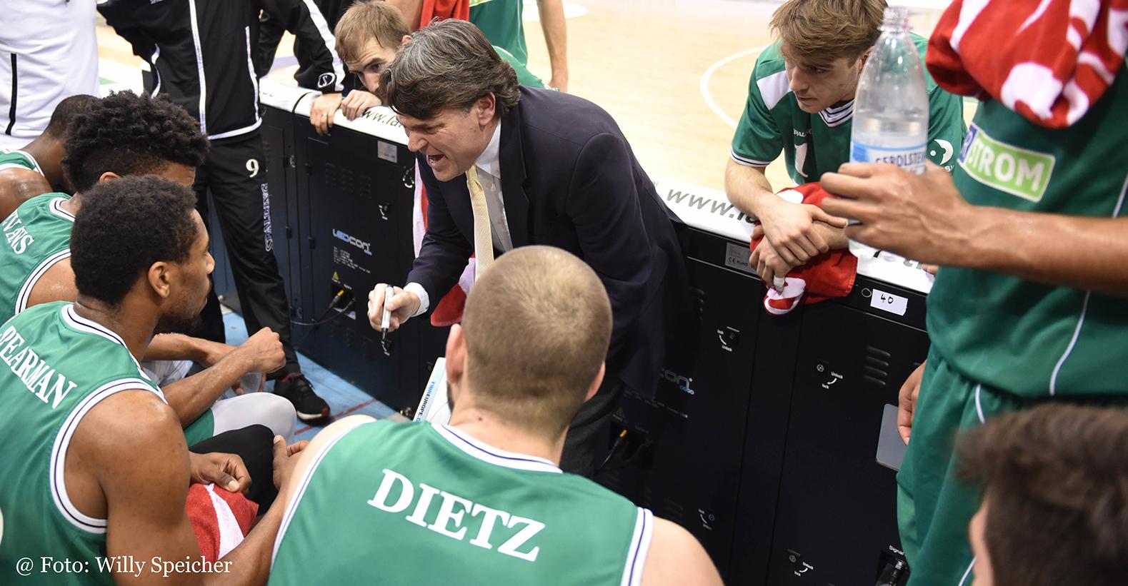 Basketball 2. Bundesliga: Galdiators Trier - finke baskets Paderborn in der Arena Trier. Trainer Marco von den Berg während der Auszeit. Foto: Willy Speicher